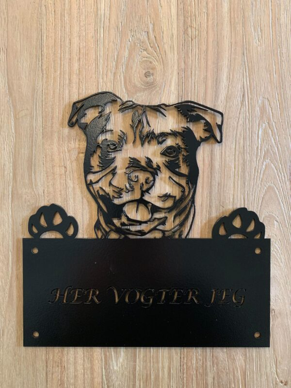 Her vogter Staffordshire bull terrier
